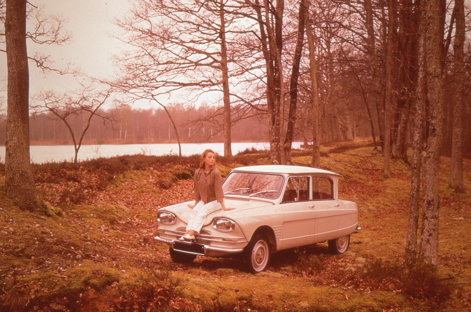 AMI 6 Berline 1961 en forêt